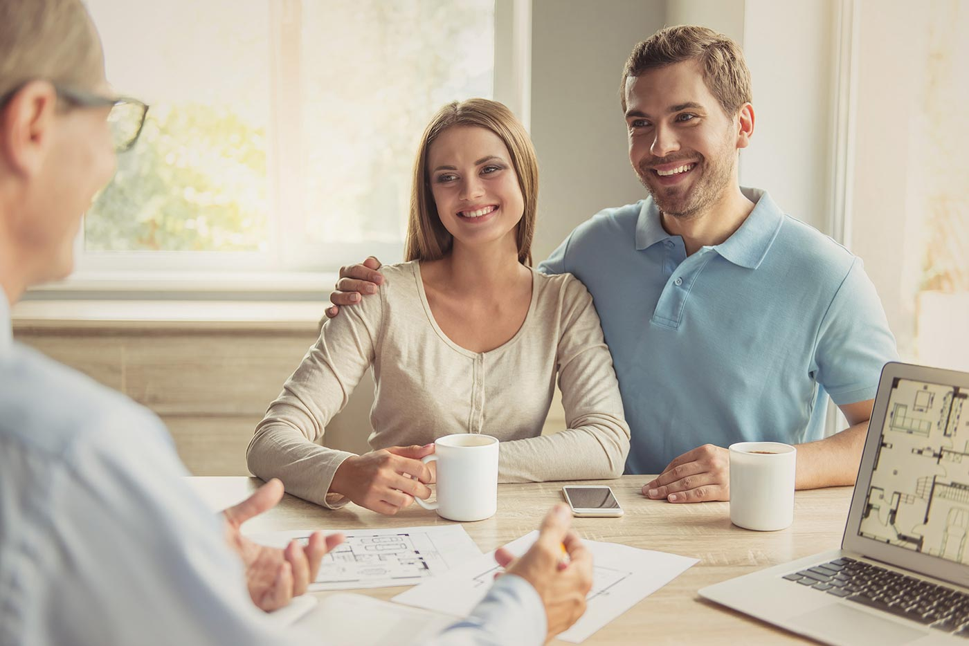 Paar mit Kundenberater für Natursteinarbeiten